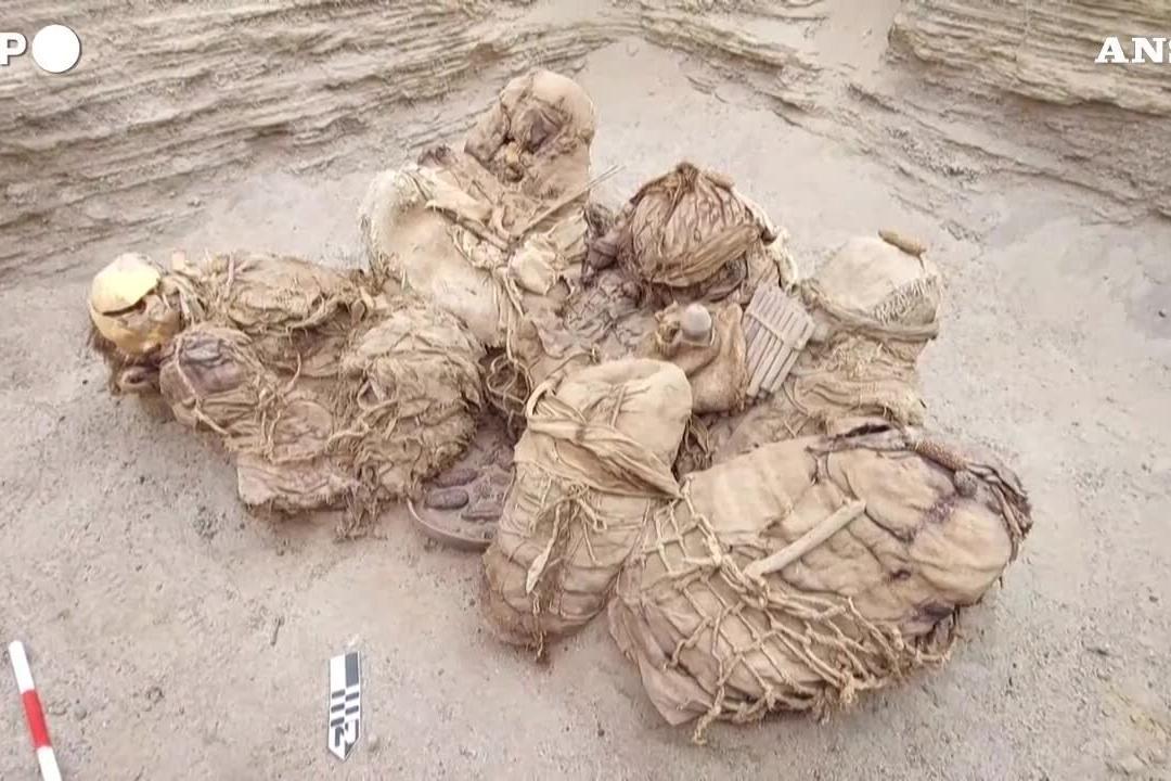 Perù, i muratori scoprono i resti umani di otto persone sepolte 800 anni fa