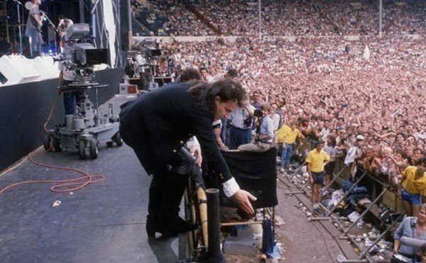 Durante un live, Bono prende una ragazza dal pubblico