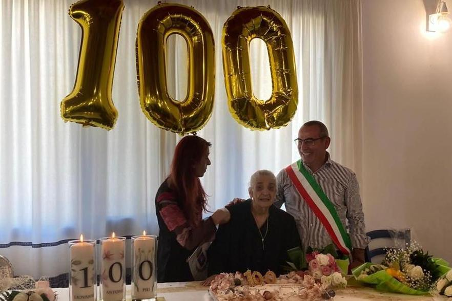 I 100 anni di zia Toiedda, grande festa a Pozzomaggiore