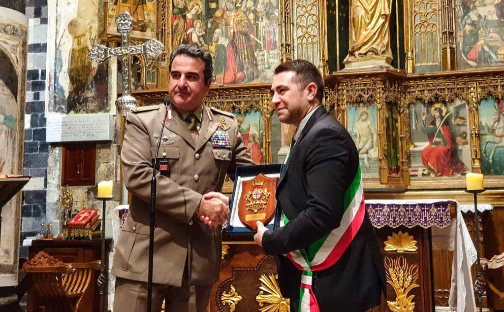 La consegna dell'onorificenza (foto Brigata Sassari)