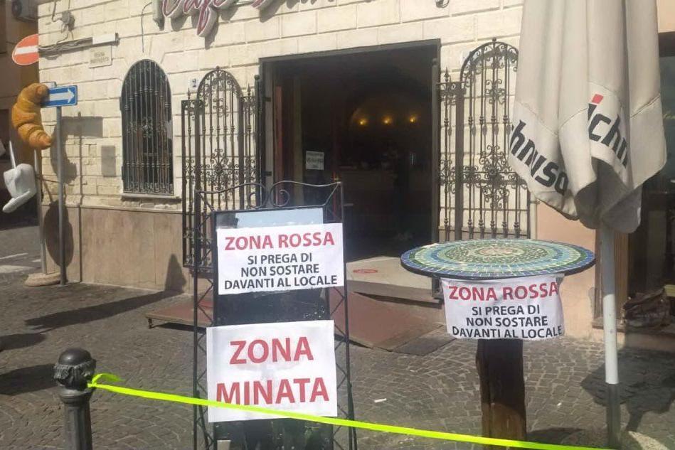 Ploaghe, i cartelli ironici dei baristi all'entrata dei locali