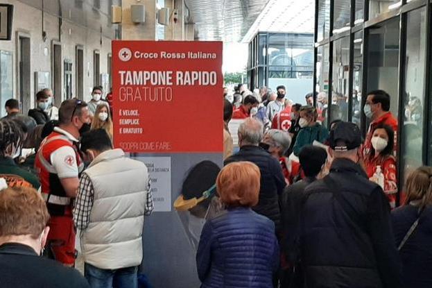 Apre il centro tamponi alla stazione di Cagliari, ed è già fila di cittadini per sottoporsi al test