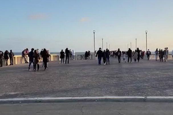 Folla nelle città per l'ultimo weekend con minori restrizioni