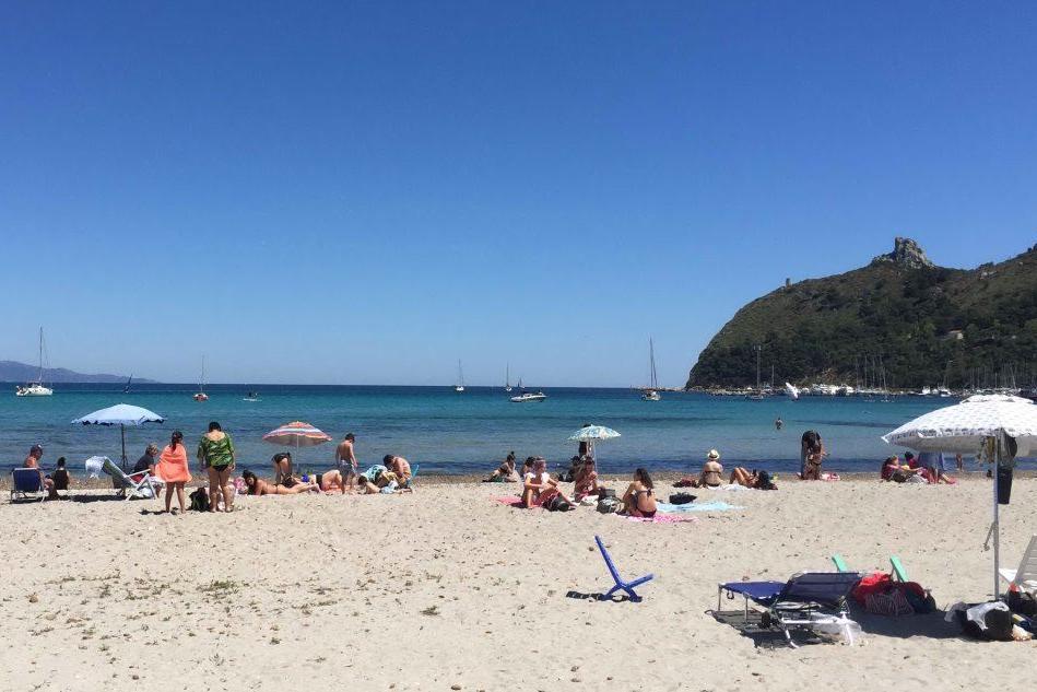 """Mascherina sotto l'ombrellone e primo bagno: i cagliaritani si """"rituffano"""" in spiaggia"""