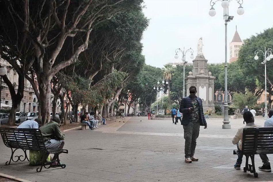 Migranti in piazza del Carmine (foto Archivio Unione Sarda)