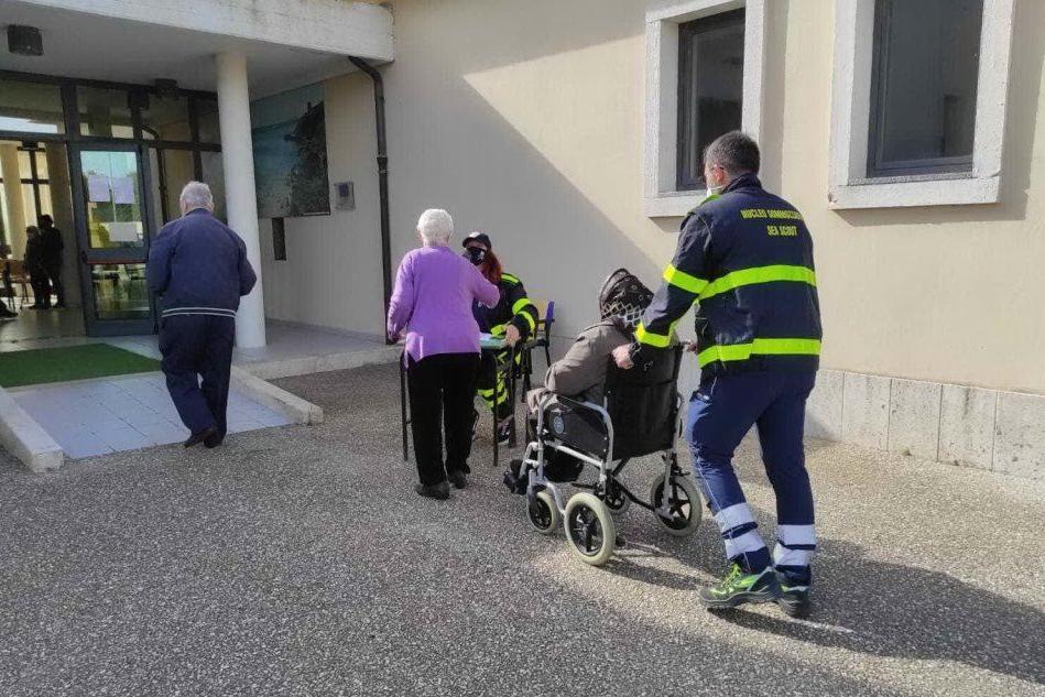 Alcuni anziani (L'Unione Sarda - Pinna)