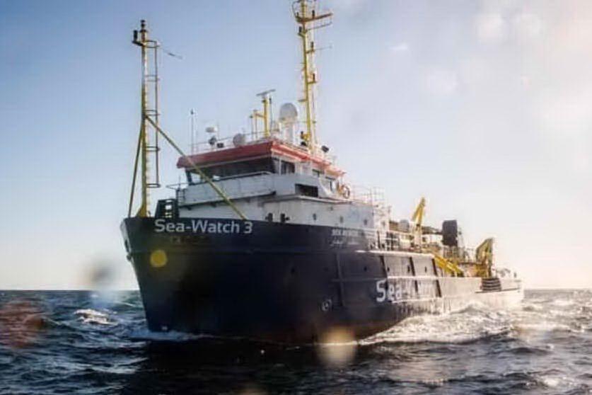 Migranti, 385 sulla Sea Watch 3 (ma ne può trasportare 22): fermo amministrativo