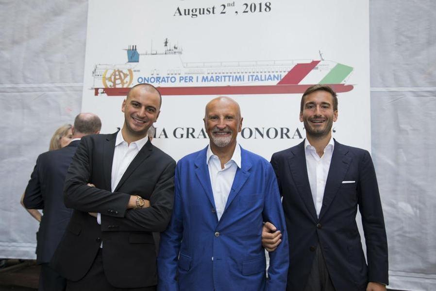 Vincenzo Onorato con i figli (foto L'Unione Sarda)