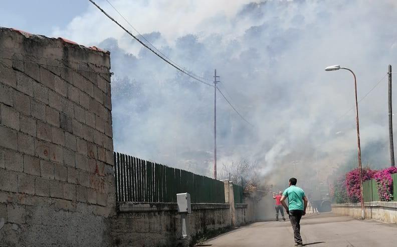 Le fiamme all'ingresso di Bottidda (L'Unione Sarda - Tellini)