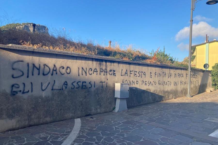 Ulassai, sui muri le scritte intimidatorie rivolte al sindaco