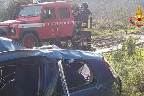 Spaventoso incidente sulla 131 dcn: auto precipita per 30 metri