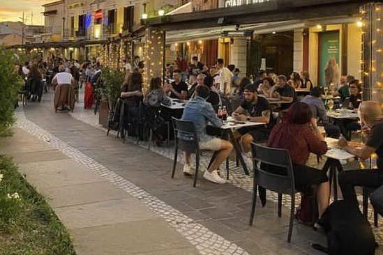 Riaprire subito bar, ristoranti e teatri all'aperto, siete d'accordo con Burioni?