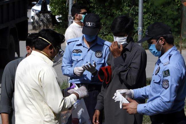 Controlli di polizia in Pakistan (Ansa)