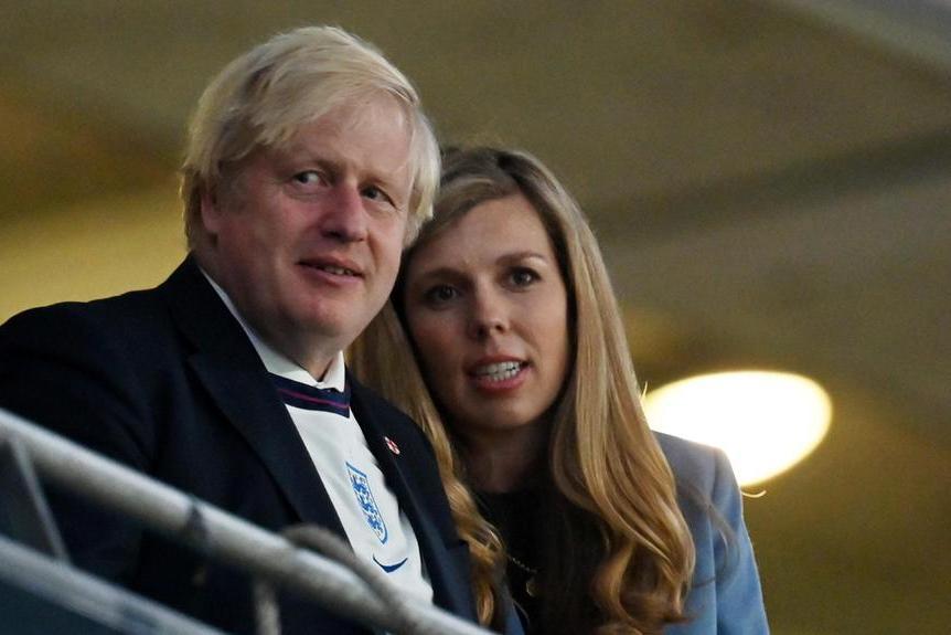 Boris Johnson con la moglie Carrie a Wembley per la semifinale tra Inghilterra e Danimarca (Ansa)