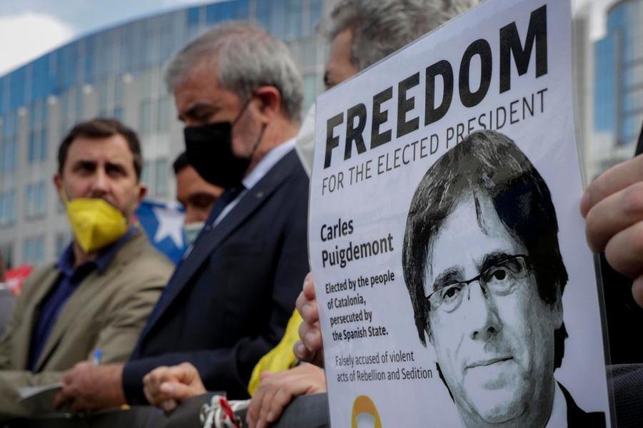 """Caso Puigdemont, El Pais: """"Dopo l'arresto Madrid e Barcellona blindano il dialogo"""""""
