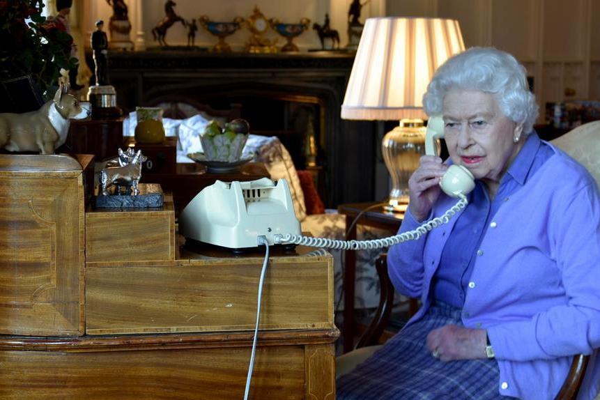 """La regina Elisabetta cancella il viaggio in Irlanda del Nord: """"Deve stare a riposo"""""""