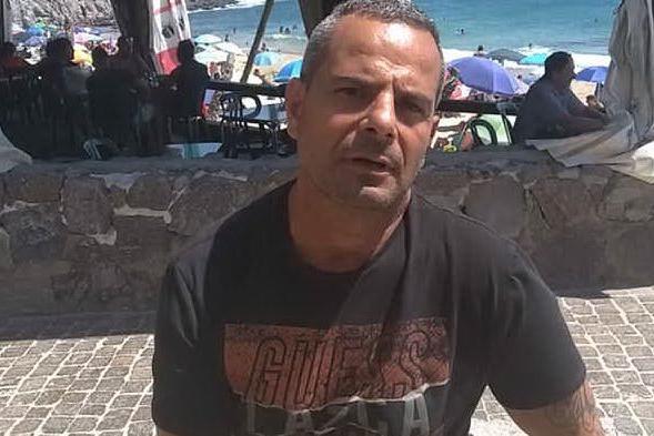 """Distrugge il gazebo della Polizia Locale: """"Troppe restrizioni anti-Covid, ma chiedo scusa"""""""