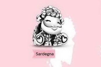 Pandora lancia il ciondolo della pecora come simbolo della Sardegna: è polemica
