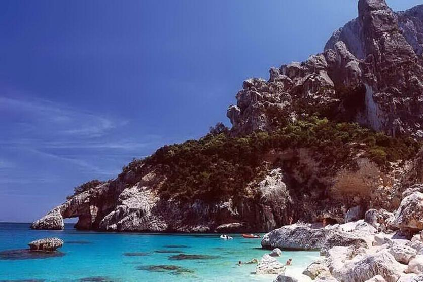 Numero chiuso, obbligo di mascherina e massimo 90 minutidi permanenza: così si va in spiaggia nelle caledell'Ogliastra