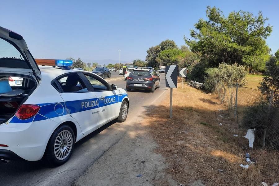Cagliari, fuori strada con lo scooter: un uomo muore al Poetto