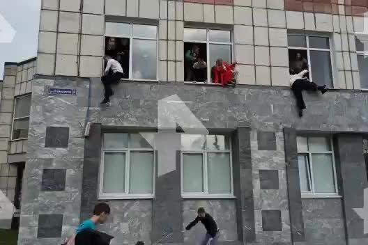 Sparatoria in università: gli studenti fuggono dalle finestre