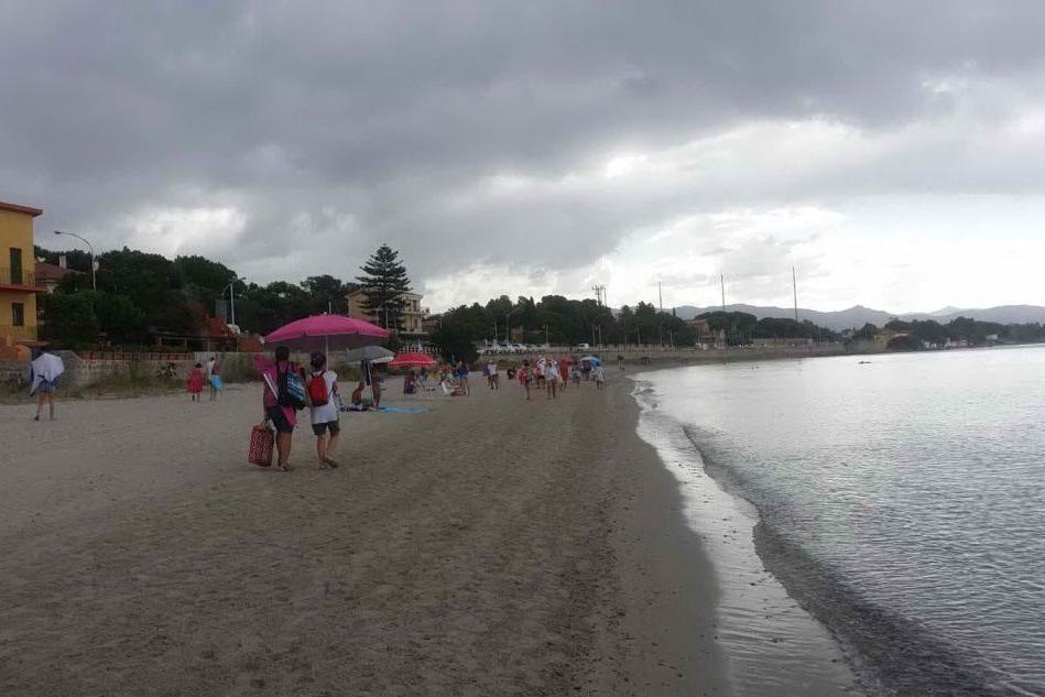Maltempo, fuga dalla spiaggia a Quartu Sant'Elena