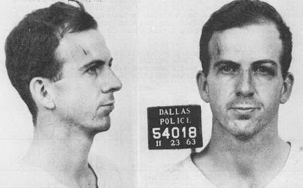 Lee Harvey Oswald, la foto segnaletica del responsabile dell'omicidio