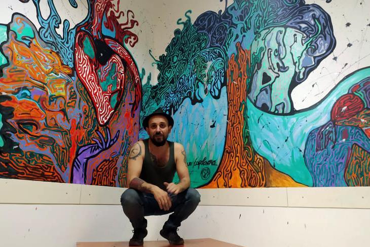 L'artista Gabriele Sanna davanti a una sua opera (foto Marras)