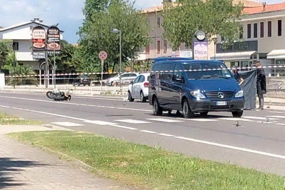 Un'immagine dell'incidente (foto Facebook Associazione familiari e vittime della strada)