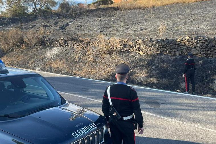 Ozieri, appicca un rogo tra le sterpaglie: arrestato 56enne, un ettaro di macchia in fumo