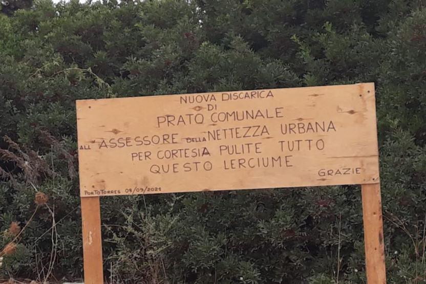 """Porto Torres, sul cartello la rabbia dei residenti: """"Pulite questo lerciume"""""""