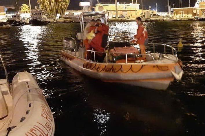 Peschereccio imbarca acqua, emergenza al largo di Sarroch