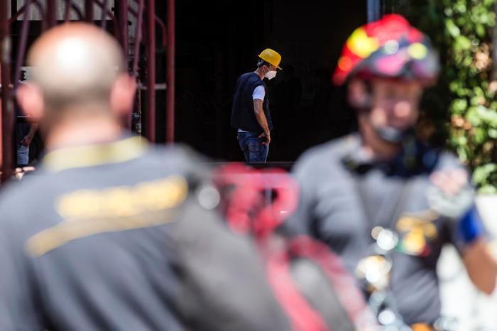 Travolto da un vagone merci nel capannone, muore operaio