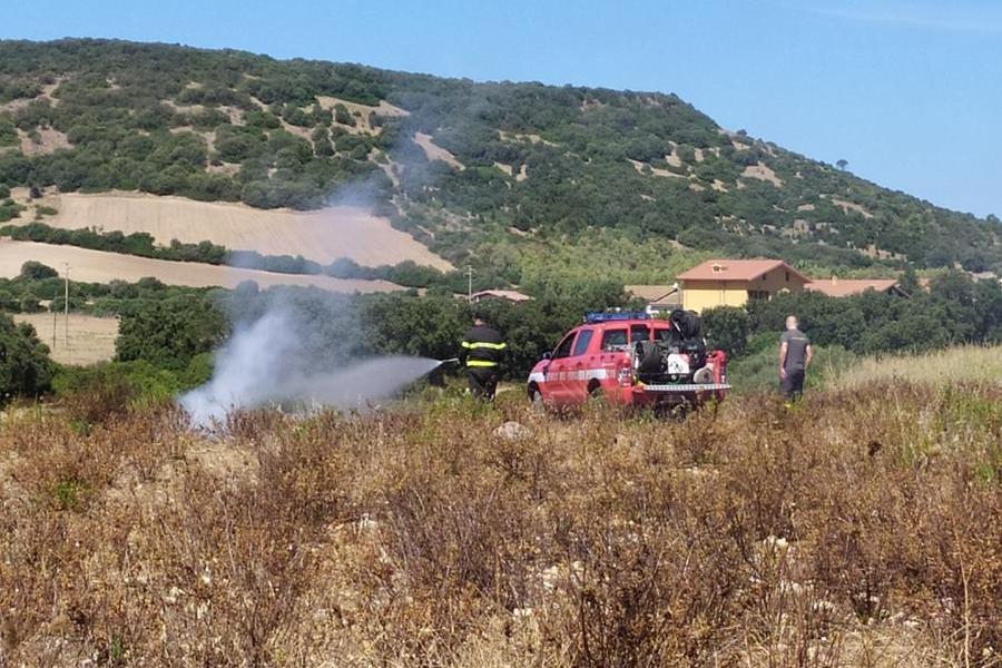 Ancora fiamme in via del Minatore a Carbonia