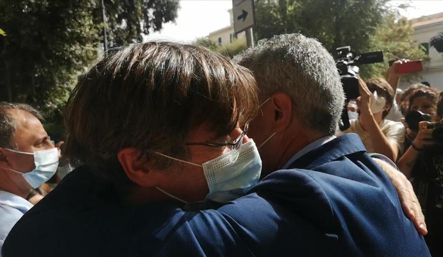 L'abbraccio col sindaco di Alghero (Ansa)