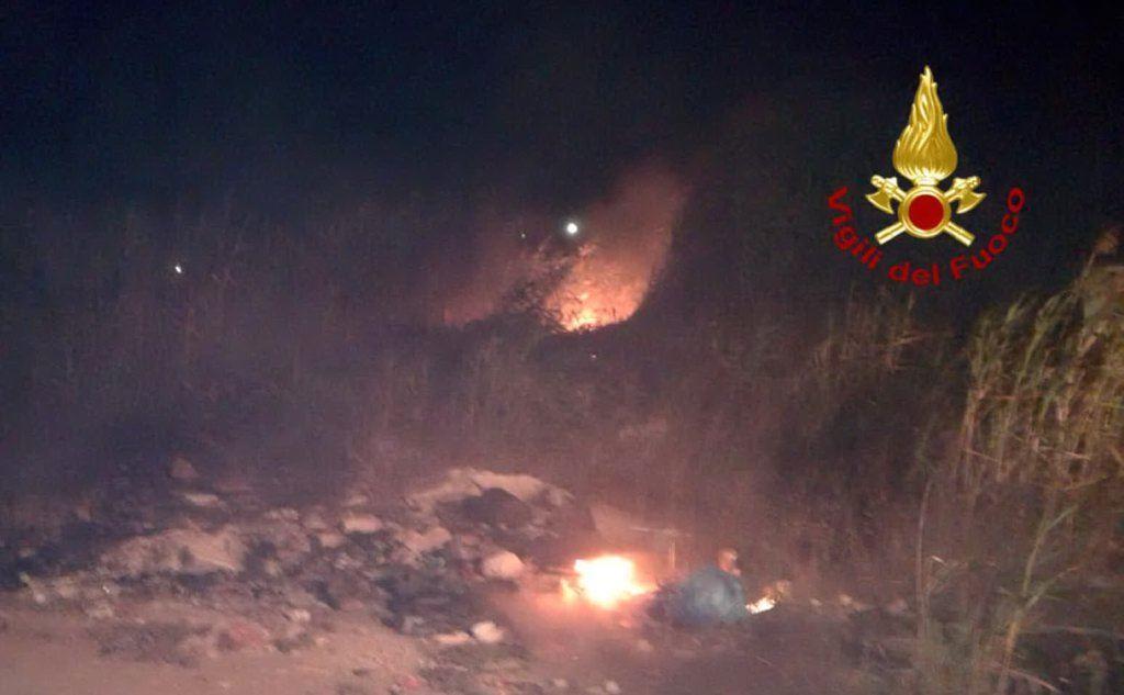 A fuoco anche cumuli di immondizia (foto vigili del fuoco di Cagliari)
