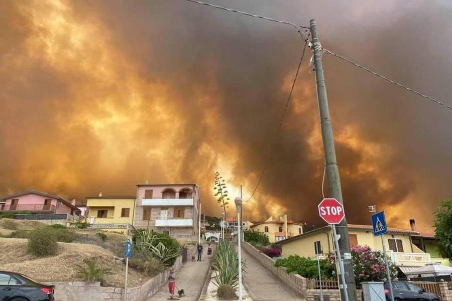 Il fuoco tra le case nel Montiferru (L'Unione Sarda)