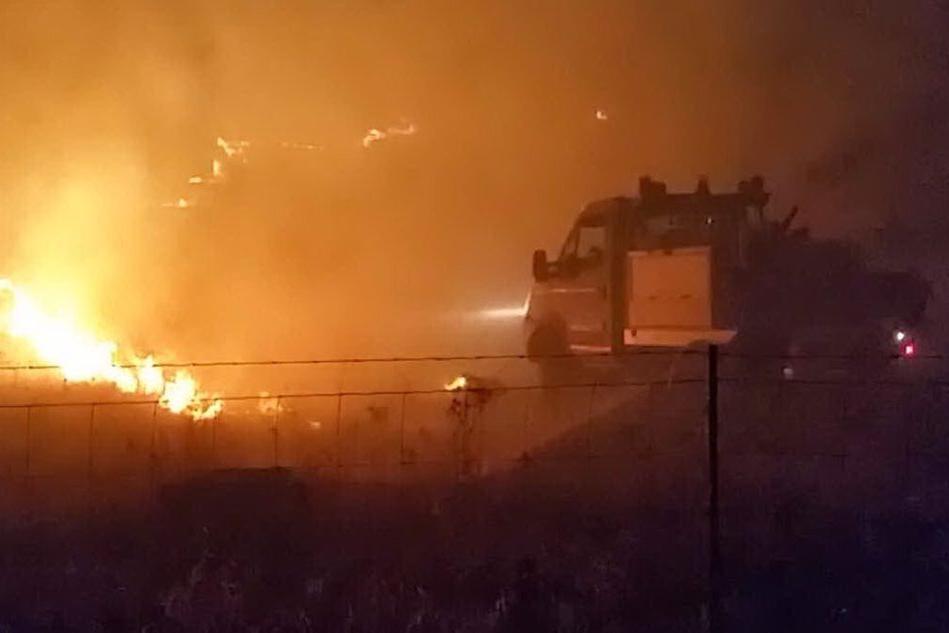 Incendio vicino a un distributore di Tramatza, il fumo invade la 131