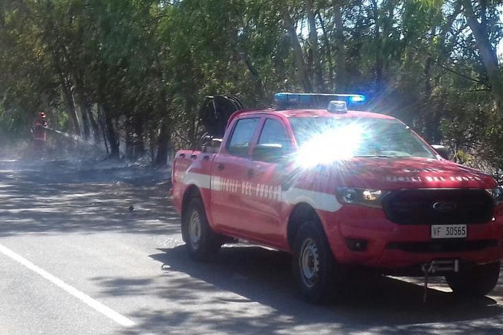 Carbonia, incendio fra via Nazionale e la ferrovia
