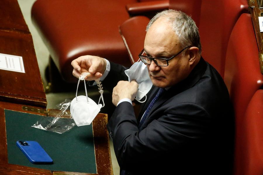 L'ex ministro Gualtieri si candida alle primarie per le Comunali di Roma