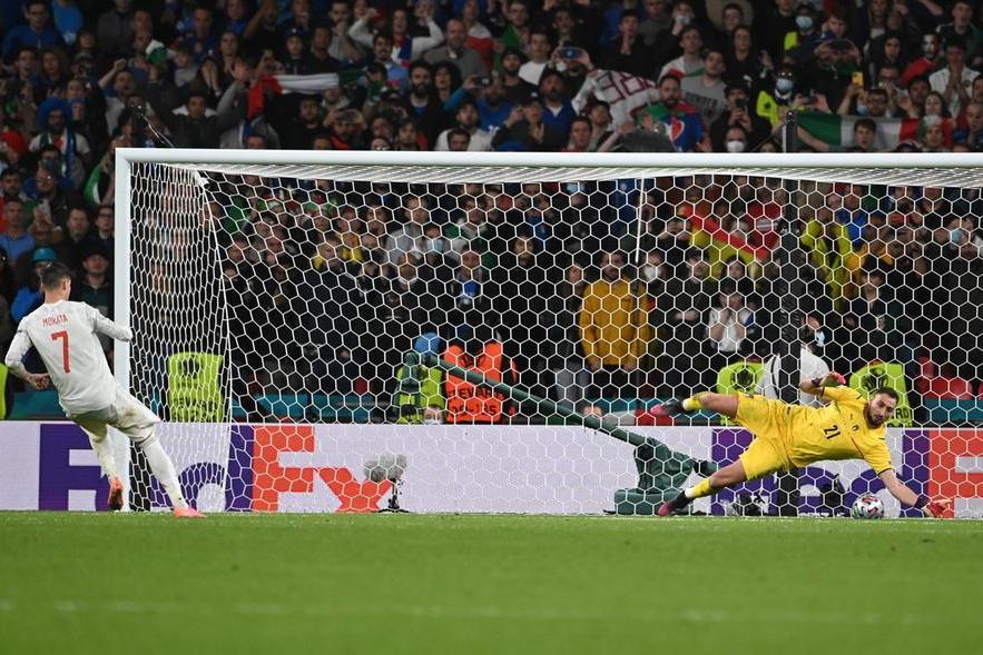 Donnarumma para il rigore dello spagnolo Morata nella semifinale degli Europei (foto Epa)