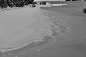 La lastra si spezza e cadono nel lago ghiacciato: 4 morti