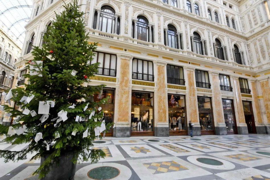Napoli, rubato - e poi ritrovato - l'albero di Natale in Galleria