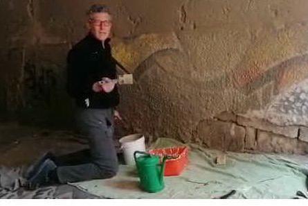 Andrea Formaini ripulisce un muro di Castello a Cagliari (foto C. Ra.)