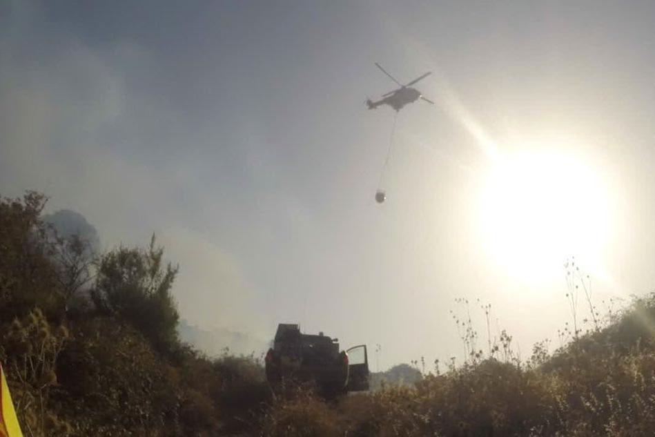 L'elicottero anti-incendio di Fenosu (L'Unione Sarda - Sanna)