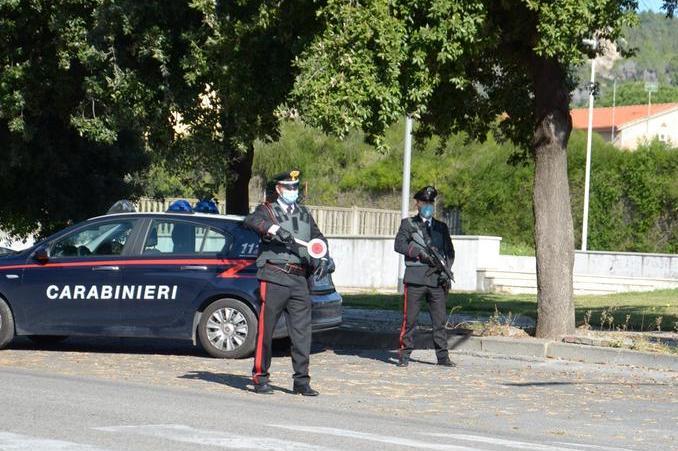 Alla guida senza patente, senza assicurazione e senza documenti di revisione del veicolo: 40enne nei guai