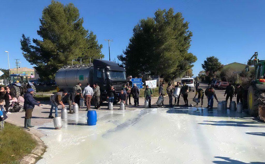 Lo sversamento del latte al bivio di Escovedu (L'Unione Sarda - Pintori)