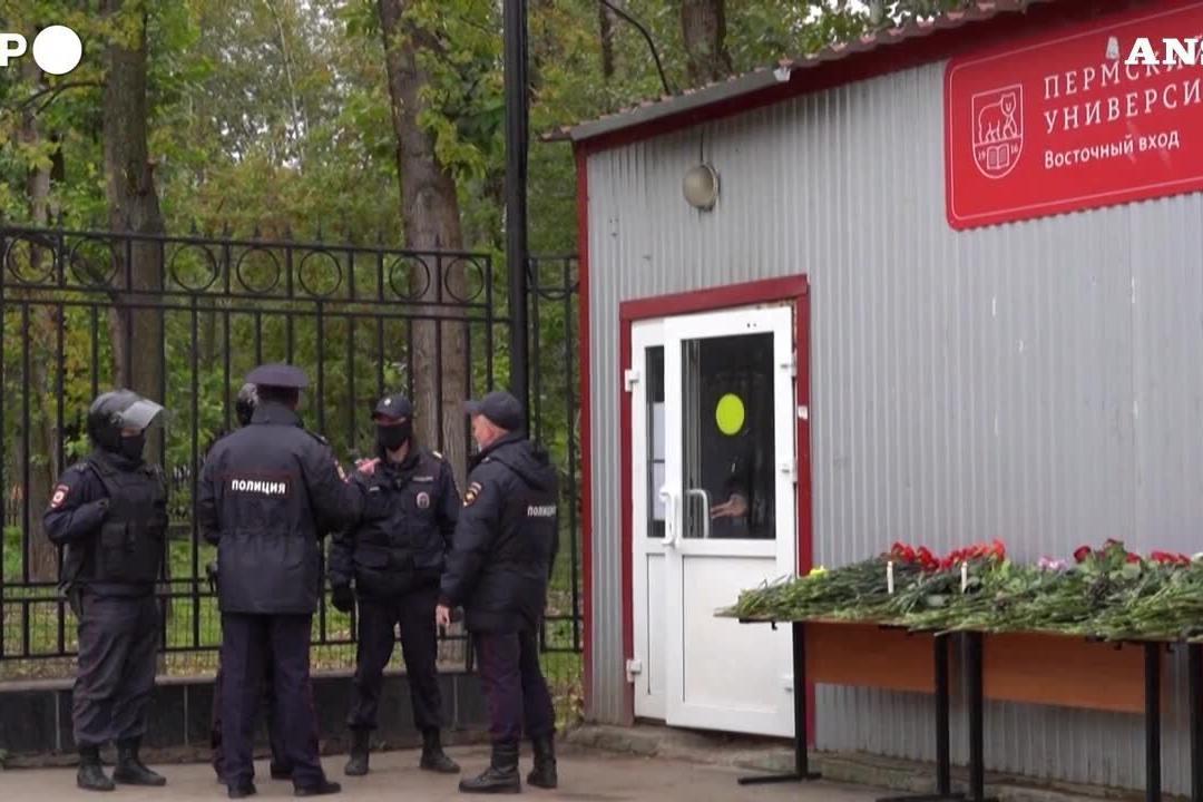 Strage a Perm, fiori bianchi e rossi per le vittime della sparatoria all'università