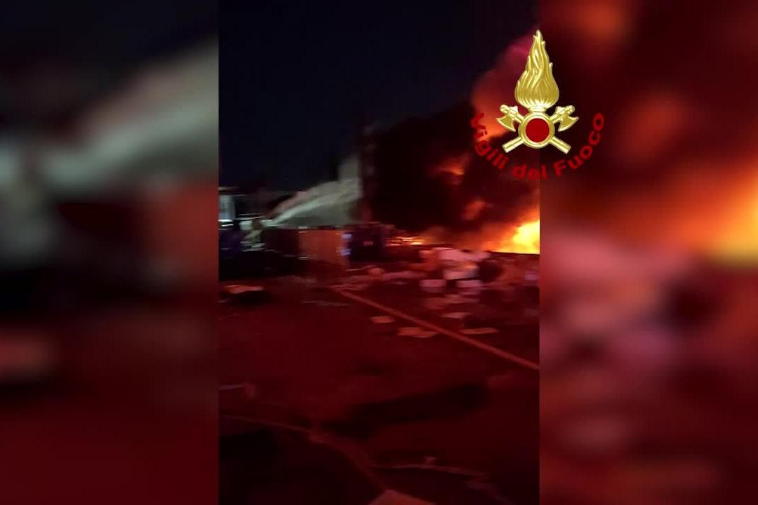 Sassari, vigili del fuoco al lavoro nella notte per domare l'incendio a Predda Niedda