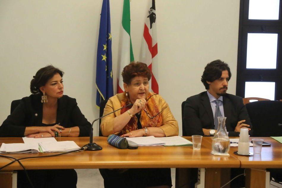 Il ministro Bellanova con l'assessore Murgia al tavolo per la vertenza latte (L'Unione Sarda)